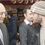 Parlamentarul Keith Vaz,   de vorbă cu unul dintre românii care s-au întors la muncă în UK