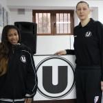 Amber Jones (foto,   în stânga) şi Florina Paşcalău au privit din tribune înfrângerea Universităţii Cluj la ICIM Arad,   scor 45-110. Jons nu a primit cartea verde,   iar Paşcalău s-a accidentat / Foto: Dan Bodea