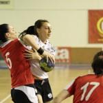 Sărbătorita zilei,   Andreea Tetean (foto în alb) a contribuit și ea la victoria obținută de U Jolidon Cluj. (Foto: Dan Bodea)