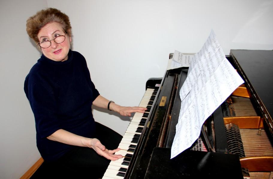 Maria Salamon,   în timpul repetiţiilor de pian. Foto: Dan Bodea