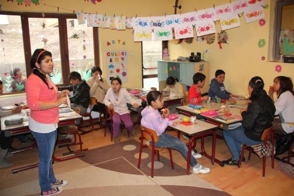 Copiii din Pata Rât sunt învățați să scrie și să citească cu ajutorul unui ONG/ Foto: Dan Bodea