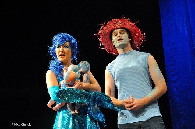 """Anca Hanu,   în rolul Sirenei din spectacolul """"Insula"""",   alături de actorul Miron Maxim/Foto: Nicu Cherciu"""