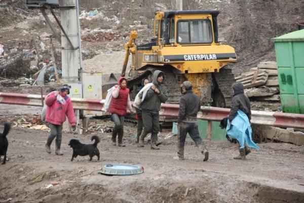Romii selectează din gunoaie tot ceea ce poate fi reciclat