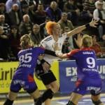 """Simona Vintilă (foto,   în alb) a marcat şase goluri pentru """"U"""" Jolidon în meciul pierdut de ardelence,   25-26,   la Dunărea Brăila / FOTO: Dan Bodea"""