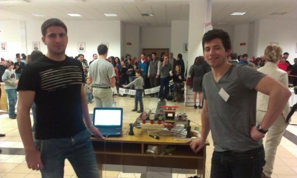 Alex Pop (dreapta) și Beleleu Petruț (stânga),   creatorii lui S-Maker,   robot care a participat la concursul anual UBBots.