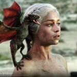"""Daenerys Targaryen este,   probabil,   cel mai celebru personaj din toată seria,   cu ai săi dragoni deveniţi deja legendă. Este numită Daenerys Stormborn,   cea Nearsă,   şi este singurul copil rămas în viaţă al Regelui Aerys I Targaryen cu sora /soţia lui,   Regina Rhaella. Este Khaleesi,   """"Mama dragonilor"""" şi prinţesă,   moştenitoare de drept a Tronului Celor Şapte Regate."""