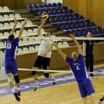 Voleibaliştii de la Universitatea Cluj sunt obligaţi să învingă joi,   în meciul patru,   pe CSM Bucureşti,   pentru a mai păstra şanse de a se salva de la retrogradare / FOTO: Dan Bodea