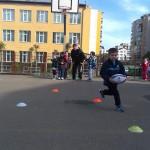 """Copiii de la grădiniţa Universul copiilor din Cluj_napoca,   au luat primiele lecţii de rugby de la Bogdan Cantor (antrenor """"U"""" Cluj) şi de la căpitanul universitarilor,   Cristian Podea"""