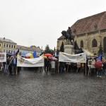 Susţinătorii monarhiei au mărşăluit sâmbătă prin centrul Clujului scandând lozinci de susţinere a Casei Regale