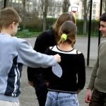 """Ziua de 1 Aprilie este sărbătorită în Statele Unite,   Marea Britanie,   Spania,   Italia,   Portugalia,   Suedia,   Norvegia,   Germania şi Franţa,   iar unii dintre glumeţi au dat şi porecle victimelor din această zi. În Anglia,   păcăliţii sunt """"nătângi"""" (""""noddy""""),   iar francezii ce cad victime farselor sunt numiţi """"poisson d'Avril"""",   adică """"peşte de aprilie"""". Scoţienii păcăliţi de 1 Aprilie se numesc """"april qowk"""" sau """"april cuckoo"""" (""""cuc de aprilie"""")"""
