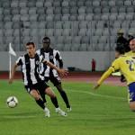 Căpitanul Universităţii Cluj,   Dan Bucşa (foto,   la minge) a făcut un meci bun contra Coronei din Braşov,   iar echipa sa a câştigat cu scorul de 2-0 meciul din cadrul etapei a XXXII-a / Foto: Dan Bodea