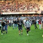 Fotbaliştii şi fanii Universităţii Cluj au sărbătorit împreună,   pe gazon,   salvarea de la retrogradare / FOTO: Dan Bodea