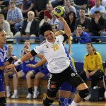 """Mihaela Ani Senocico a marcat 13 goluri în partida cu Corona Braşov, dar """"U"""" Jolidon a fost învinsă şi va evolua în continuare în grupa pentru locurile 4-6 în Liga Naţională / FOTO : Dan Bodea"""