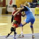 """Mihaela Ani Senocico a marcat de 7 ori în poarta celor de la HCM Roman, iar """"U"""" Jolidon a terminat sezonul pe locul 4 şi s-a calificat în Cupa Cupelor / FOTO: Dan Bodea"""