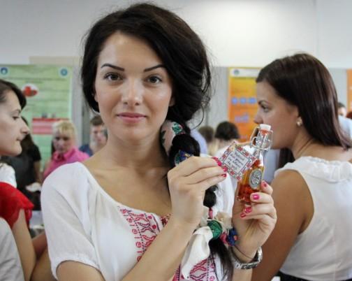 Claudia Diaconița și distilatul ei de prune cu adaos de goji (Foto: Dan Bodea)