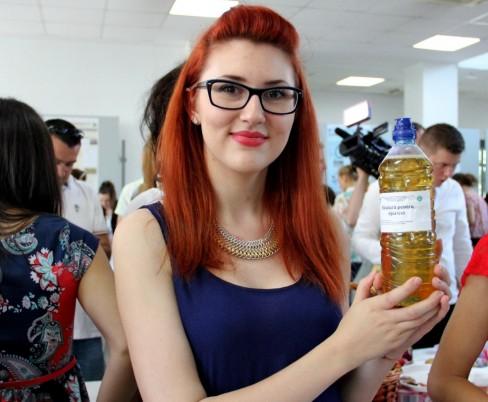 Georgiana îi momește pe sportivi cu o băutură energizantă bio (Foto: Dan Bodea)