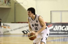 """Pivotul Cătălin Baciu, de la """"U"""" BT Cluj, a fost premiat de eurobasket.com cu trofeul pentru """"Jucătorul cu cel mai mare salt valoric al anului"""" / Foto: Dan Bodea"""