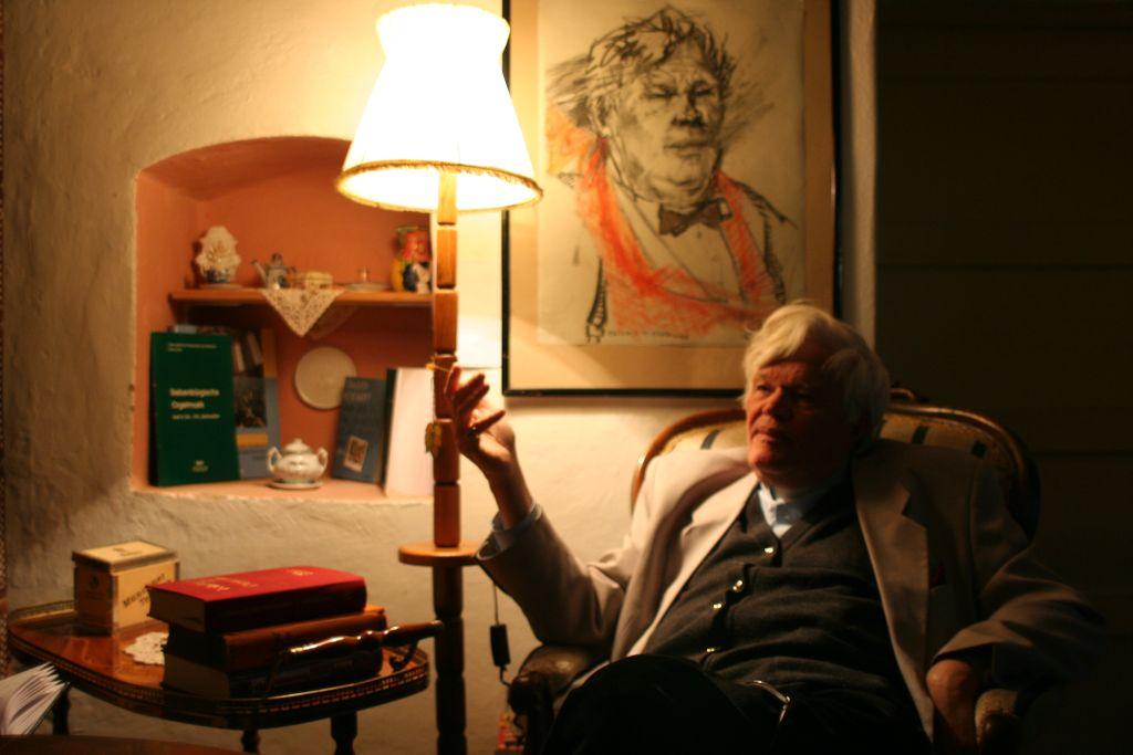 """Eginald Schlattner,   în """"colțul oaspeților"""" din reședința parohială/ Foto: Ciprian Butnaru"""