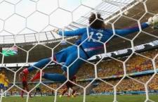 Portarul Mexicului,   Ochoa (foto) a făcut minuni în meciul contra Braziliei,   la Cupa Mondială