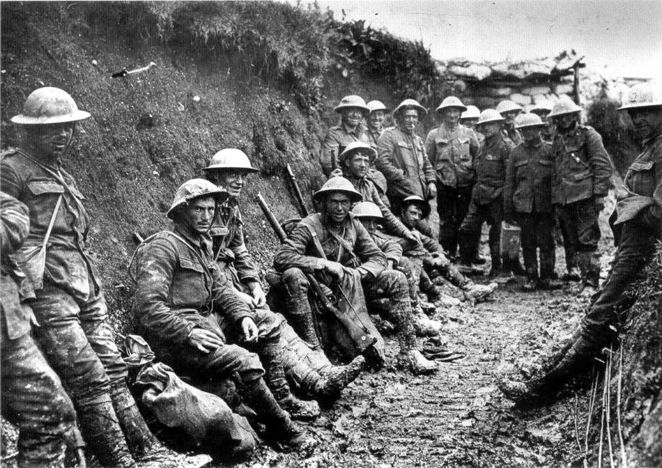 O caracteristică a Primului Război Mondial a fost folosirea strategică pe scară largă a tranşeelor ca linii de apărare pe Frontul de Vest,   acestea întinzându-se de la Marea Nordului până la graniţa cu Elveţia.