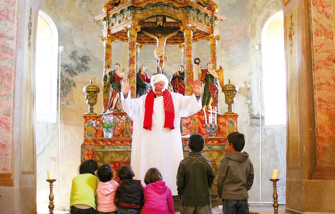 Preotul luteran păstorește o comunitate de rromi/ Foto: Ciprian Butnaru