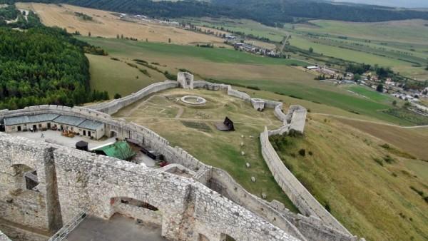Curtea de jos a castelului,   văzută din incinta superioară