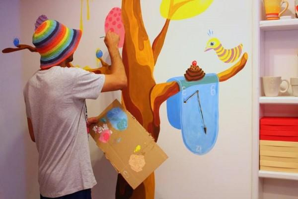 Kero Zen,   în timpul realizării unui desen pentru magazinul de dulciuri BonBon Candy din Cluj