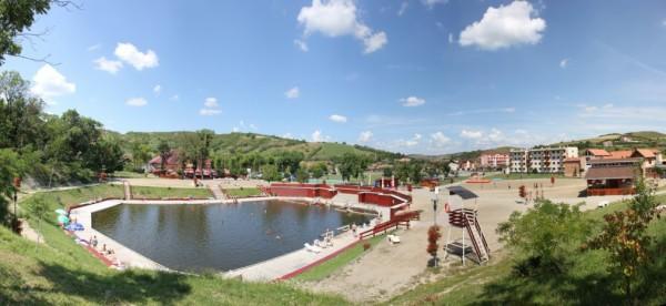 Două dintre lacuri,   Toroc şi Lacul Mare,   au fost transformate în băi,   frecventate în sezonul cald/Foto: Dan Bodea