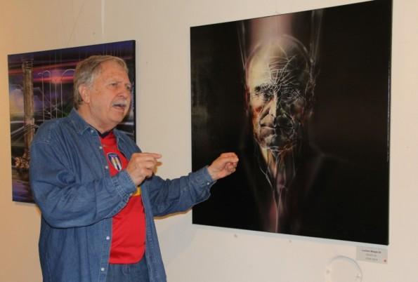 """Artistul Radu Maier explică tehnica execuţiei lucrării """"Lucian Blaga""""/Foto: Dan Bodea"""