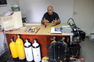 Biroul scafandrului-speolog Rajka Géza este ticsit cu aparatură specifică muncii sale (Foto: Dan Bodea)