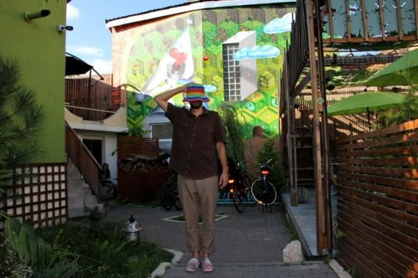 Kero Zen preferă să păstreze misterul identităţii sale. În spate poate fi admirat unul dintre cele mai recente desene realizate de Kero în curtea restaurantului Samsara din Cluj-Napoca/Foto: Dan Bodea
