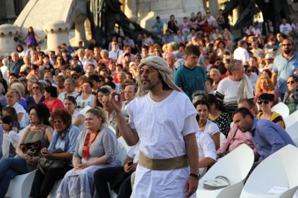 Directorul Marius Vlad Budoiu,   dând ultimele indicaţii înainte de spectacol/Foto: Dan Bodea