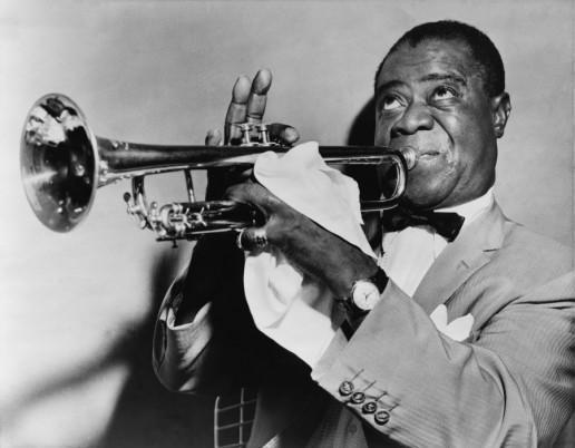 """Oraşul Chicago a devenit în anii primului război mondial centrul muzicii jazz. Un reprezentant de seamă al curentului a fost Louis Armstrong,   care a făcut parte din numeroase formaţii şi a dezvoltat """"Scat""""-ul,   o succesiune de silabe şi vocale care imitau sunetul unui instrument."""