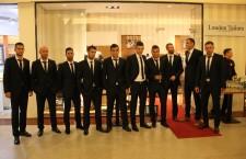 """""""U"""" Cluj şi-a prezentat noile costume oficiale,   Vali Lemnaru (al 5-lea de la dreapta la stânga) a fost şi el prezent la una dintre ultimele acţiuni alături de """"U"""",   urmează transferul la Steaua / Foto: Dan Bodea"""