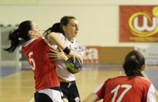 Andreea tetean (foto,   în alb) va participa,   alături de Ștefania Florea la Campionatul Mondial Universitar de handbal din Portugalia / Foto: Dan Bodea