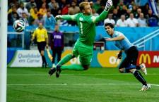 Luis Suarez (foto,   în albastru) a marcat împotriva Angliei,   apoi la mușcat pe Chelinni și a fost expulzat de la Cupa Mondială din Brazilia