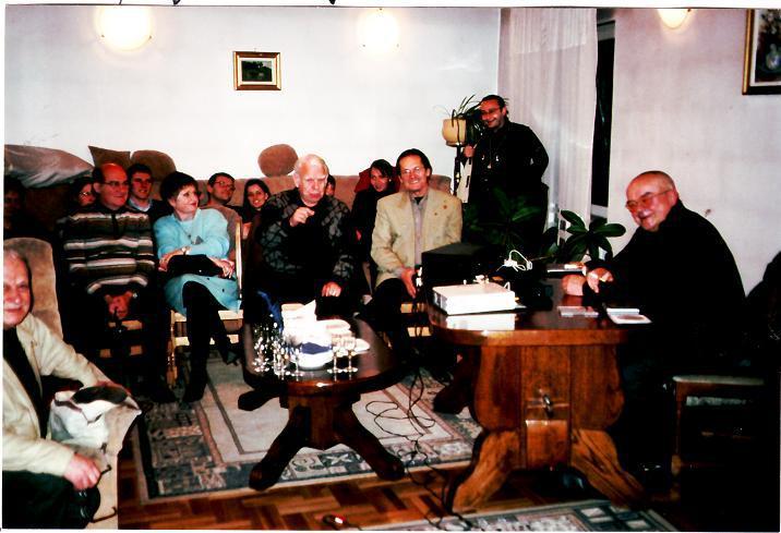 De la stânga la dreapta,   în primul rând,   stau cunoscuţii promotori de jazz clujeni: Gyorgy Zsolt,   soţii Dr. Dejica,   Dr. Pitty Vintilă şi Vannai Ştefan La masă : Preşedintele Clubului Dr. JAZZ : Dr. Mircea Cazacu