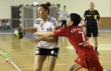 """Interul echipei """"U"""" Jolidon Cluj,   Laura Popa (foto,   în alb şi negru) a marcat 3 goluri în poarta Rusiei,   la Campionatul Mondial de tineret din Croaţia / Foto: Dan Bodea"""