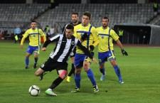 Setrgiu Buş (foto,   în tricou galben,   în spatele lui Lemnaru) a marcat de două ori în poarta Universităţii Cluj în sezonu precedent / Foto: Dan Bodea