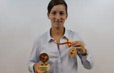 Handbalista formaţiei 2u2 jolidon,   Cristina Laslo,   şi-a prezentat trofeele obţinute la Campionatele Mondiale de juniori U18 din Macedonia,   unde România a câştigat titlul suprem / Foto: Dan Bodea