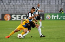 Fotbaliştii de la Unirea Jucu (foto,   în alb şi negru) au avut două ocazii mari de gol în startul meciului cu Petrolul,   dar au cedat cu 0-3 meciul din Cupa României - Foto: Dan Bodea