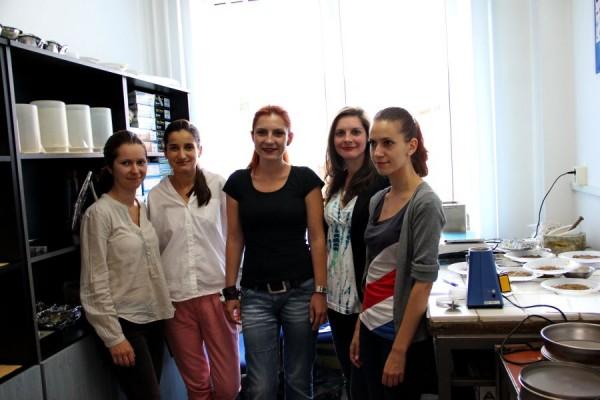 Lect. dr. Alida Timar-Gabor,   alături de asistentele de laborator/Foto: Dan Bodea