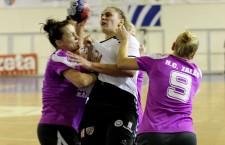 """Raluca Ivan (foto,   în alb) şi colegele ei de la """"U"""" Jolidon au suferit un nou eşec pe teren propriu,   scor 29-40,   cu HC Zalău / Foto: Dan Bodea"""