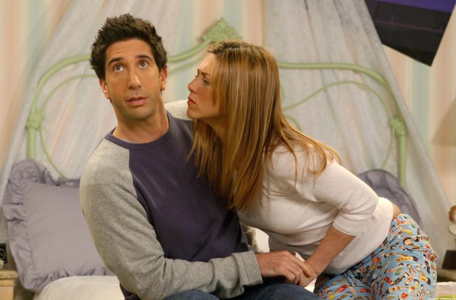 Conform scenariului original,   Monica şi Joey ar fi trebuit să formeze cuplul principal al serialului,   însă locul lor a fost luat,   până la urmă,   de Rachel şi Ross.