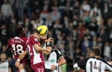 Tiago Lopes (la minge) a marcat,   cu mult noroc,   golul victoriei gazdelor / Foto: Dan Bodea