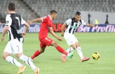 Karim Boutadjine (foto,   la minge) a deschis scorul în meciul cu FC Bihor şi a transformat penalty-ul decisiv,   care a calificat Universitatea Cluj în optimile Cupei României / Foto: Dan Bodea