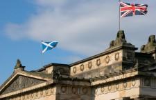Drapelele scoțian și britanic flutură încă împreună pe Galeria Națională a Scoției din Edinburgh