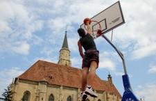 Baschetbaliştii,   profesionişti sau amatori,   au făcut spectacol în centrul Clujului în cadrul turneului BeSport / Foto: Dan Bodea