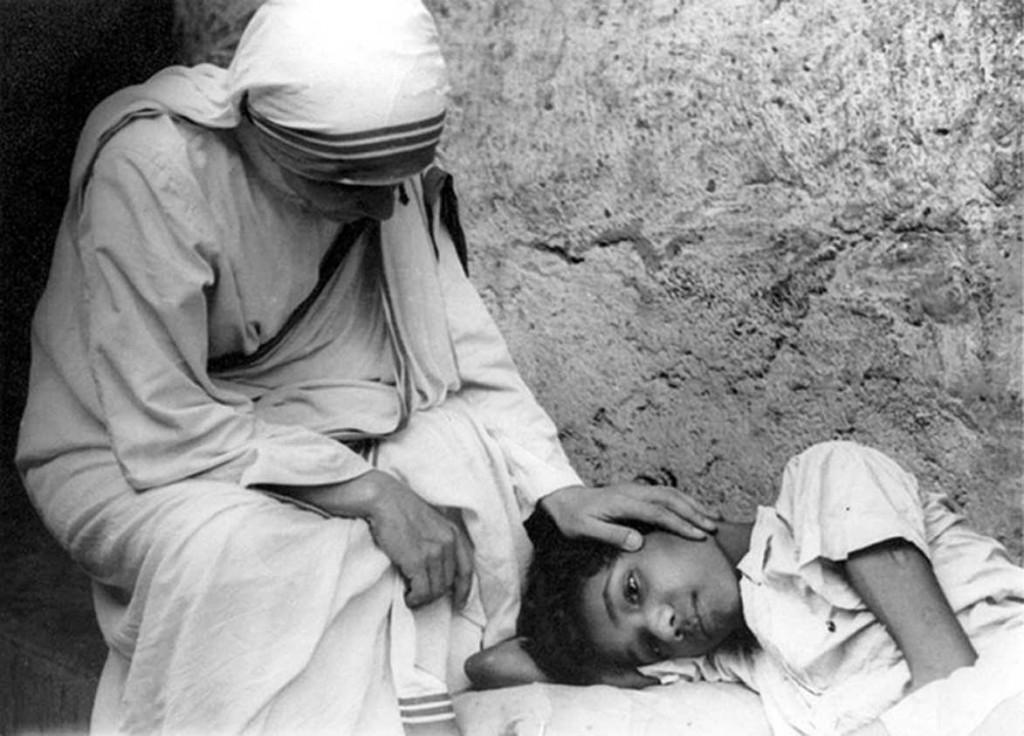 """Maica Tereza de Calcutta s-a născut la 26 august 1910 la Skopje,   Macedonia de astăzi. Numele său adevărat a fost Agnes Gonxha Bojaxhiu. Al doilea prenume,   Gonxha,   înseamnă în limba albaneză """"mica floare"""" sau """"boboc de floare""""."""