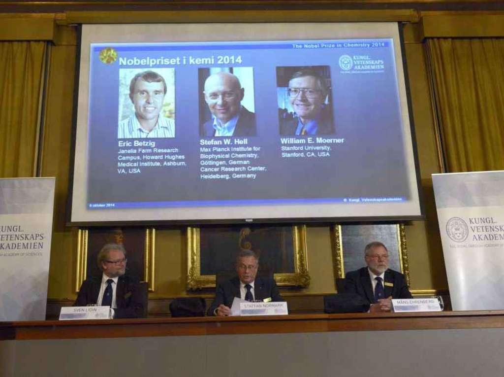 """Stefan Hell este unul dintre cei trei cercetători care au primit anul acesta Premiul Nobel pentru Chimie,   alături de Eric Betzig şi William E. Moerner,   pentru """"dezvoltarea microscopiei fluorescente""""."""